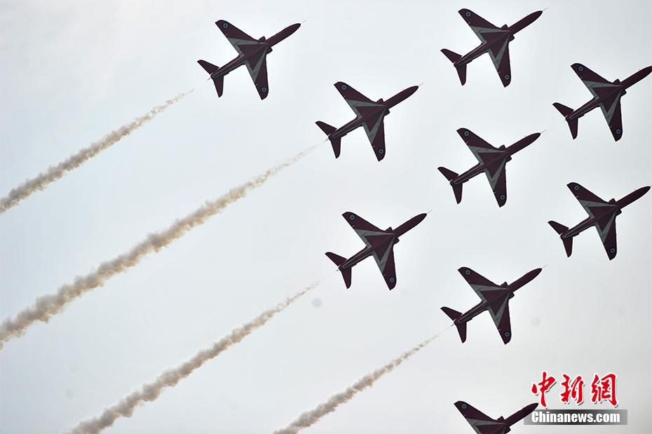 """英国皇家空军""""红箭""""飞行表演队携""""鹰""""表演"""