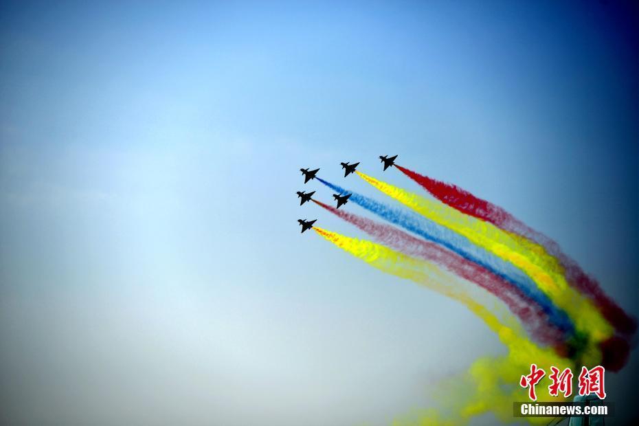 """中国空军八一飞行表演队上演""""空中芭蕾""""。"""