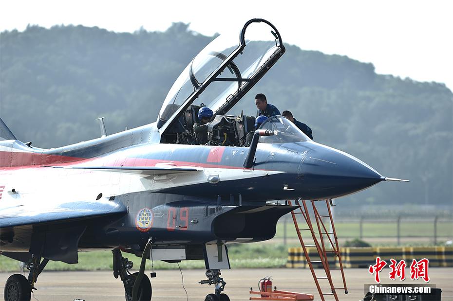 图为11月1日,中国空军八一飞行表演队整装待发。图为女战斗机飞行员亮相。